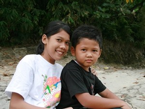 Lächelnde Kinder am Flussufer in Bukit Lawang