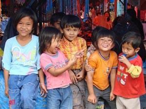 Einheimische Kinder in Berastagi.