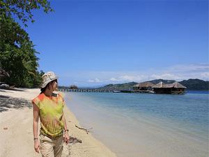 Frau am wunderschönen Strand von Cubadak.