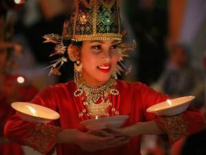 Frau der Minangkabau Kultur beim traditonellen Tanz.