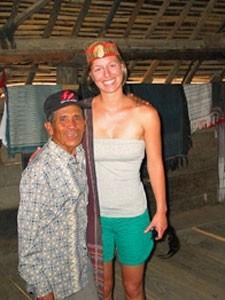 Einheimischer in Bukittinggi mit Touristin.