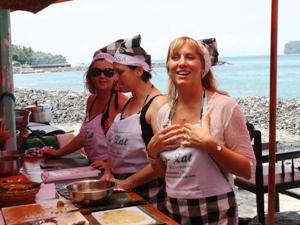 Reisende beim Kochkurs in Candidasa