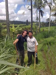 Reisender mit Guide in der grünen Naturlandschaft um Munduk