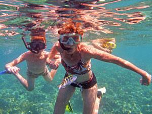 Pemuteran - Reisende beim Schnorcheln vor der Insel Menjangan