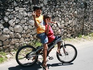 Kinder auf dem Weg nach Jimbaran