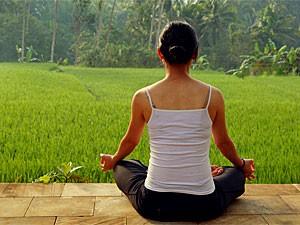 bali yoga - Reisende meditiert zwischen den Reisfeldern in Sidemen