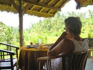 Reisender frühstückt beim Homestay