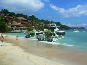 Speedboot am Strand von Nusa Lembongan