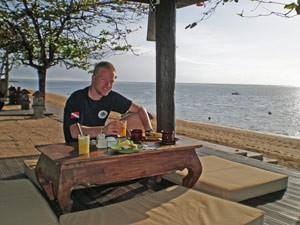 Reisender frühstückt am Strand in Sanur