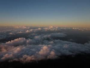Die aufegehnde Sonne am Vulkan Agung taucht die Wolken in orange