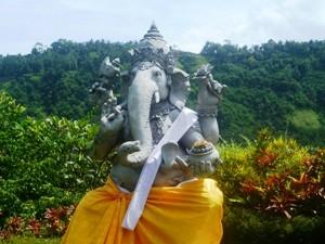 Ganesha Statue im tropischen Garten in Sidemen