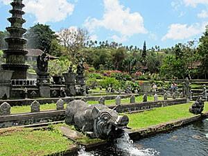 Statuen im Wasserpalast in Tirtagangga
