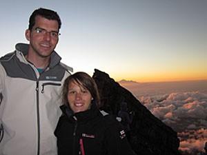 Reisende am Gipfel des Gunung Agung Vulkan