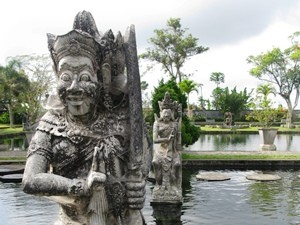 Statue im Wasserpalast in Tirtagangga - Highlights von Java und Bali