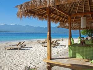 Liegen am hellen Strand auf Gili Meno