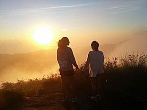 Reisende genießen den Sonnenaufgang am Batur Vulkan