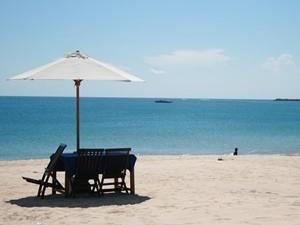 Stühle am Strand in Jimbaran - Bali Flitterwochen