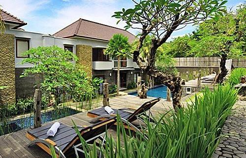 Gartenanlage und Pool des Hotels