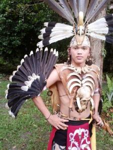 Dayak Tänzer im Dayak Dorf