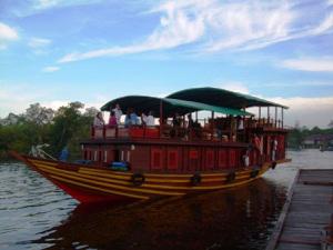 Mit dem schiff orang utans auf Kalimantan unterwegs