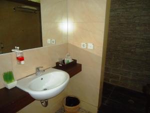 Rustikales Badezimmer im Dschungel
