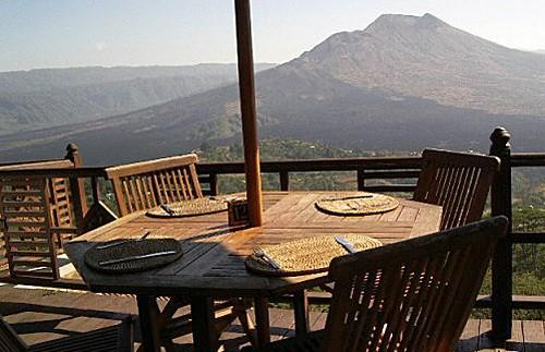 Balkon mit Aussicht auf die umliegende Vulkanlandschaft
