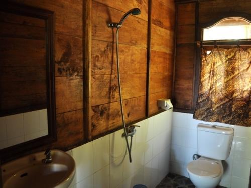 Badezimmer der einfachen Unterkunft in Munduk