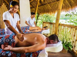Entspannende Massage im Spa