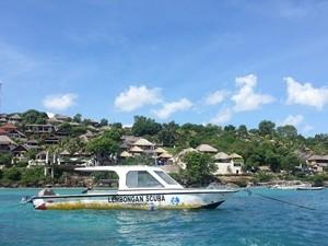 Speeboot auf dem Meer vor Nusa Lembongan.