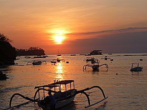 Sonnenuntergang über dem Meer bei Sanur