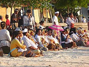 Menschen bei einer Zeremonie am Strand von Sanur