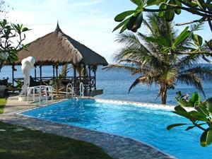 Swimmingpool am Hotel in Seraya