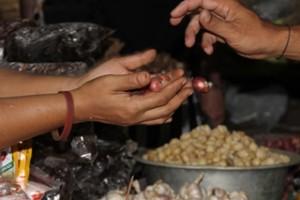 Einkauf von Gewürzen auf dem Markt in Seraya