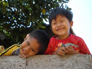 Lächelnde Kinder begrüßen Sie in Tirtagangga