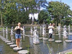 Reisende am Wasserpalast in Tirtagangga
