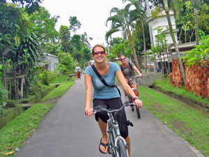 Reisende mit dem Fahrrad entlang Reisefelder, Ubud