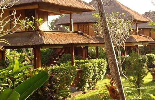 Bungalows im tropischen Garten des Hotels