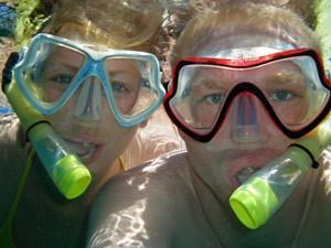 Reisende beim Schnorcheln unter Wasser