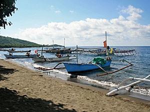 Fischerboote am Strand von Pemuteran