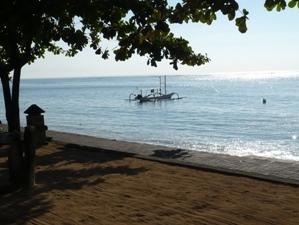 Ein Boot auf dem Meer bei Sanur