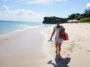 Reisende an der Strandbucht von Bukit