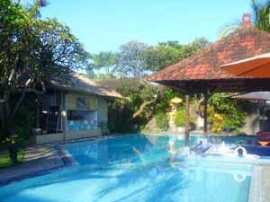 Poolbereich einer Unterkunft in Candidasa