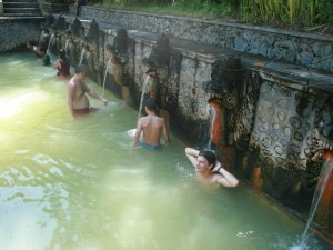 Reisender in den Hot Springs von Bajar.