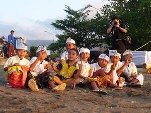 Kinder am Strand von Lovina - Bali Flitterwochen