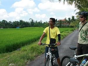 Reisender mit Guide bei einer Fahrradtour um Ubud.