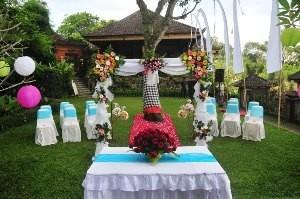 Hochzeitsdekoration im Garten des Wasserpalasts
