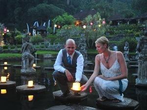 Hochzeitspaar am Wasserpalast in Tirtagangga