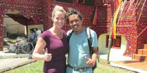 Reisespezialistin Verena mit einem Guide
