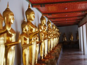 Goldene Statuen im Koenigspalast in Bangkok