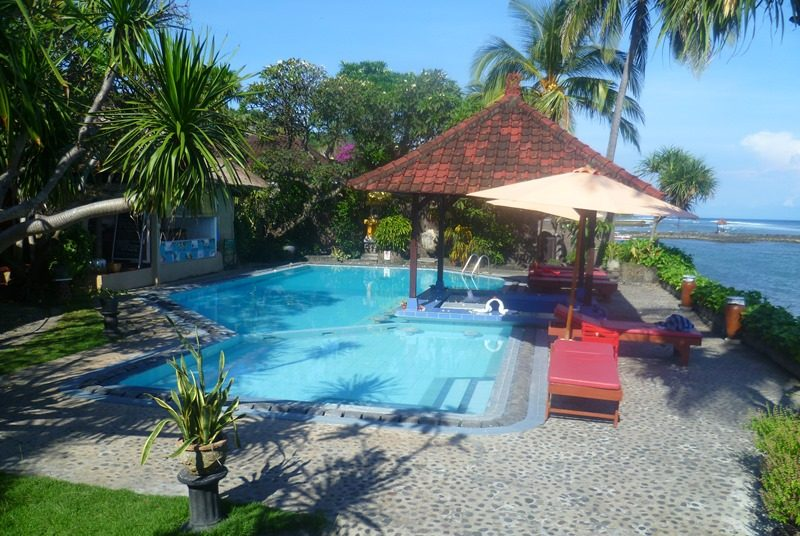 Swimmingpool in Candidasa am Meer von Bali